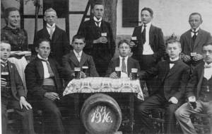 Dieses Foto mit zehn trinkfesten Krofdorfer Burschen entstand 1916. Links die Wirtin Emma Moos, geb. Pfeiffer.