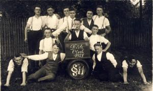 """Noch nannten sie sich """"Dute Club"""", aber im Jahr, als dieses Bild entstand, wurde beim """"Moos"""" die Burschenschaft """"Frohsinn 1928"""" gegründet."""