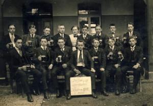 """An Ostern 1918 stellten sich diese Burschen mit der Wirtin der Kamera. Sie nannten sich """"Die lustigen Seeräuber"""""""
