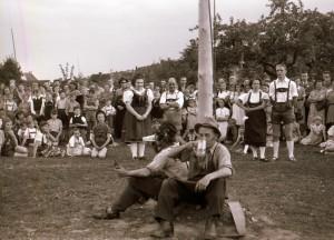 """Den Garten der Gastwirtschaft wählten die nach dem Krieg nach Krofdorf-Gleiberg """"eingewanderten"""" Heimatvertriebenen aus dem Egerland zu ihrer 1. Maibaumfeier. Das war am 11. Mai 1952. Foto: S. Träger"""