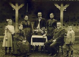 """Dieses Foto entstand zu einer Zeit, als es den """"Moos"""" noch nicht gab, allerdings längst die Gastwirtschaft. Sie gehörte dem Wirt Karl Pfeiffer, auf dem Bild rechts."""