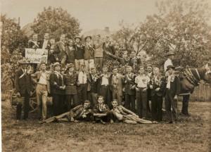 """Angehörige der Jahrgänge 1914 und 1915 stellen sich 1935 nach ihrer """"Musterung"""" im """"Moos""""-Garten dem Fotografen. Nicht alle Abgebildeten überlebten den 2. Weltkrieg."""