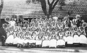 """""""Tanzball """" steht auf der Rückseite dieses Bildes und zeigt wieder Teilnehmer einer Tanzschule, diesmal im Hof der Gastwirtschaft. Aufgenommen am 24. Mai 1919."""