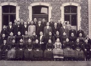 Dieses Foto einer Tanzschule ist das älteste aus unserem Archiv mit der Fassade der Gastwirtschaft. Es entstand vermutlich um 1903.