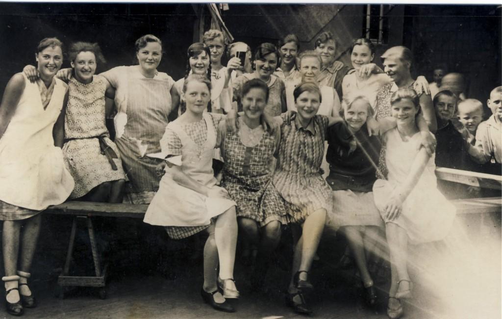 16 Kirmesmädchen Moos (1929) 1kl