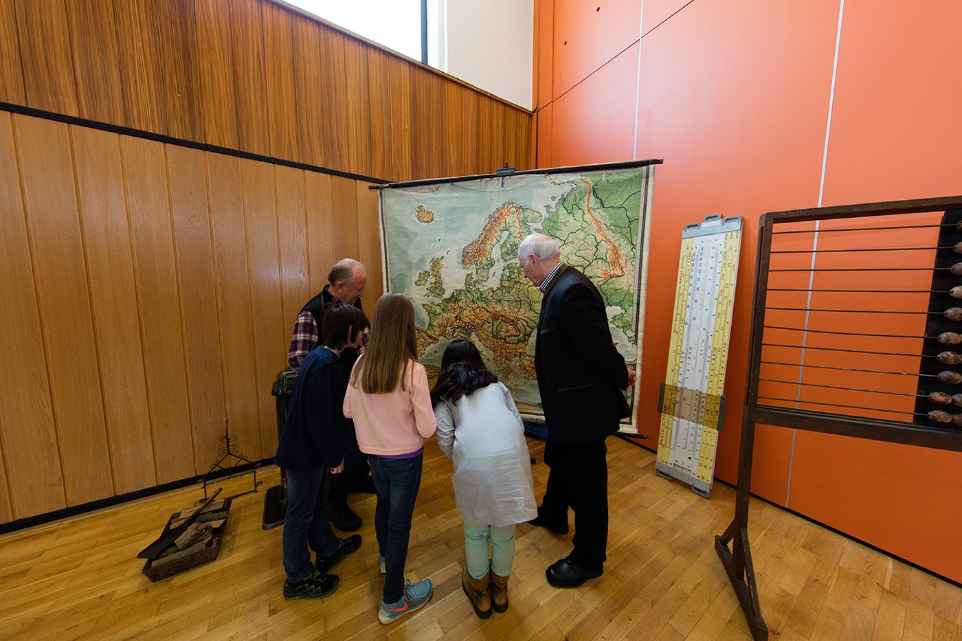 Kinder vor einer Landkarte aus den 40er - 50er Jahren, die aber wohl auch noch in den 60ern genutzt wurde.